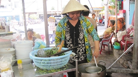 sidewalk restaurant, lunch lady, travel, foreign tourists, Nguyen Thi Thanh