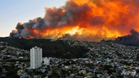 4 dead as fire rages in chile city