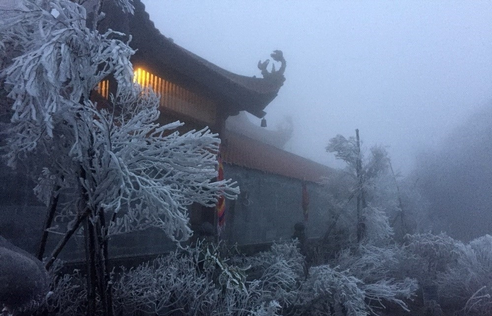 Mount Fansifan covered with ice as cold spell strikes Vietnam's northern region