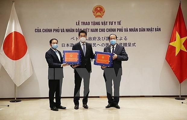 Vietnam presents medical supplies to Japan, Russia
