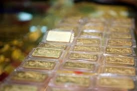 Local gold dips as world price plummets