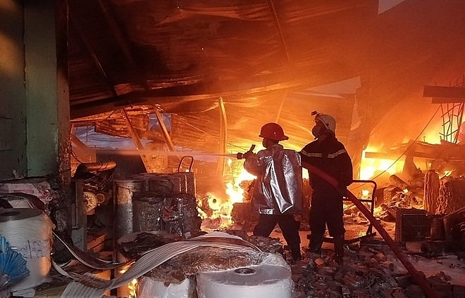 Fire rips apart nearly 2,000sq.m factory in HCM City