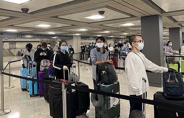 Over 340 Vietnamese return home safely from US