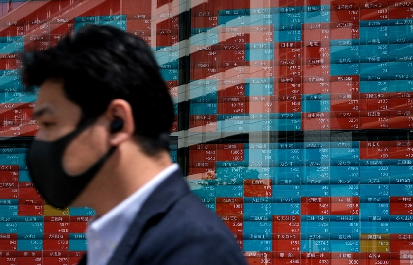 Asian stocks mixed after US jobs miss, oil up after cyber attack