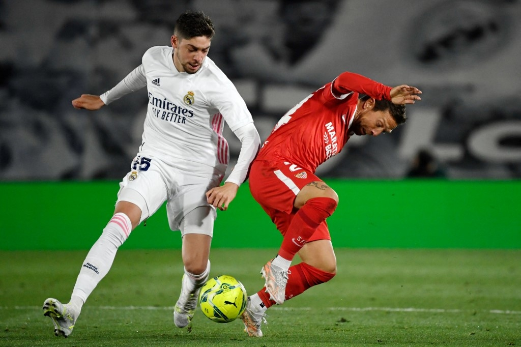 real madrid strike late but title hopes hit by dramatic sevilla draw