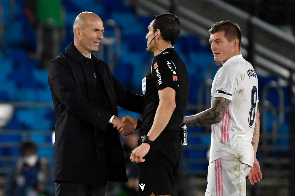 zidane has told players hes leaving real say spanish media