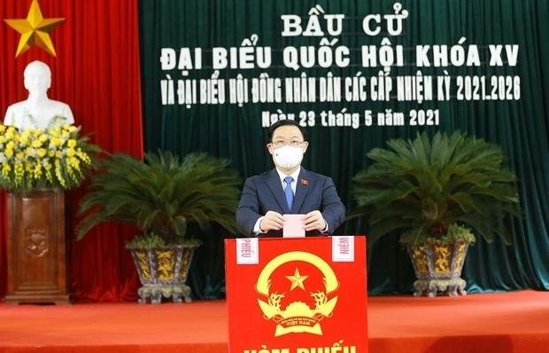 NA Chairman Vuong Dinh Hue comes to poll in Hai Phong