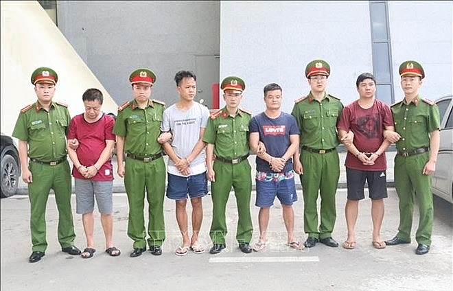 Vietnam hands over four wanted suspects to China