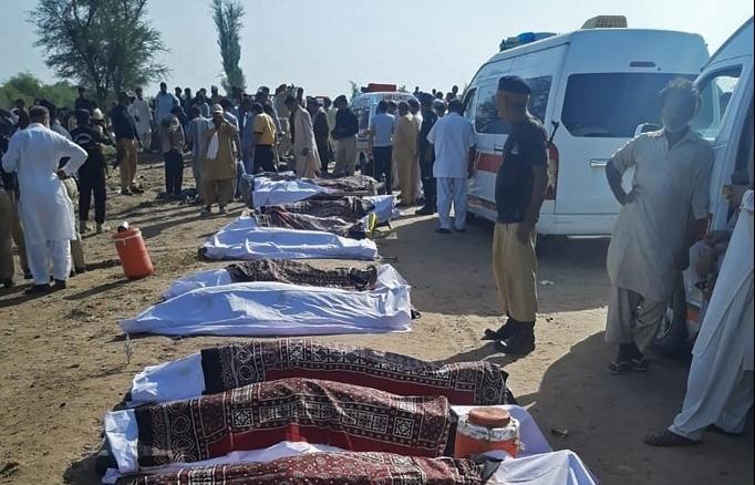 At least 30 killed in Pakistan train crash