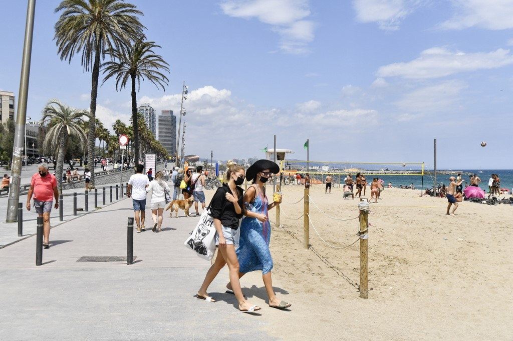 spain opens borders to all vaccinated travellers