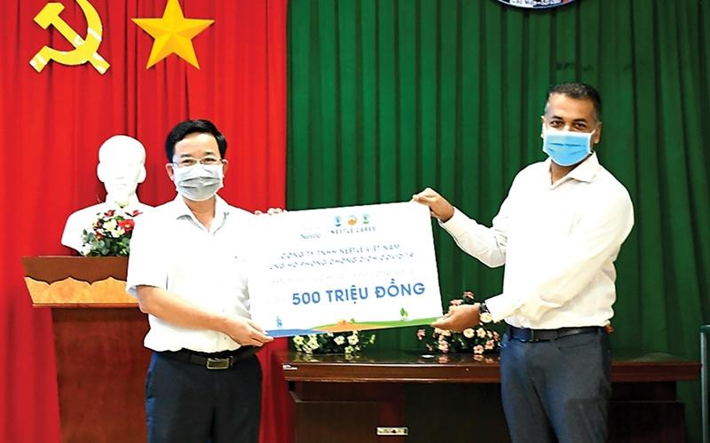 Managing director of Nestlé Vietnam Binu Jacob presenting a donation to Hung Yen authorities