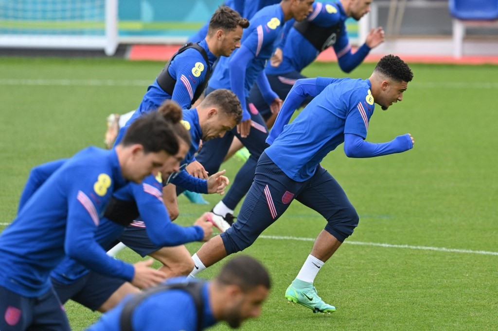 England's forward Jadon Sancho (R) and teammates take part in a training session at St George's Park in Burton-on-Trent on June 27, 2021 during the UEFA EURO 2020 football competition. JUSTIN TALLIS / AFP