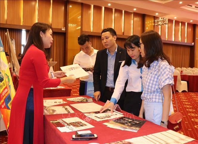 Tourism business units introduce Quang Ninh tourism programs. Photo: Thanh Thuong- VNA