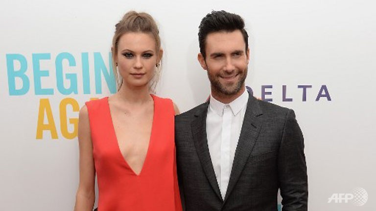Maroon 5 S Adam Levine Weds Model Girlfriend Behati