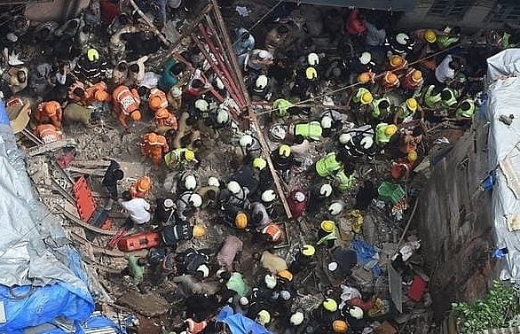 10 dead at least 10 feared trapped in mumbai building collapse
