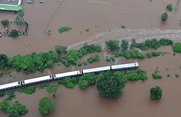indian navy rescues hundreds stranded on train in floods