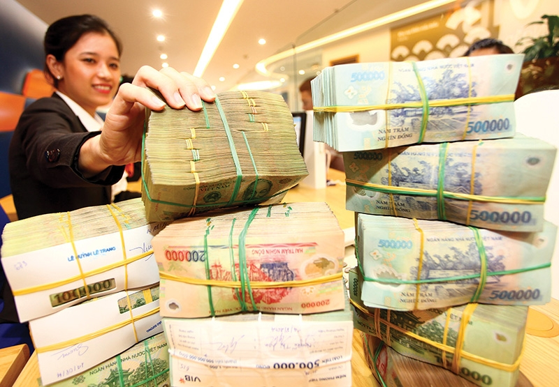 Bank customers have been enjoying lower interest rates, photo Le Toan