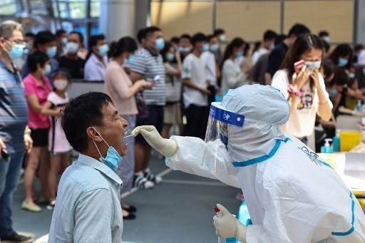 A resident receives nucleic acid test for the Covid-19 coronavirus in Nanjing, in eastern Jiangsu province on July 21, 2021. STR / AFP