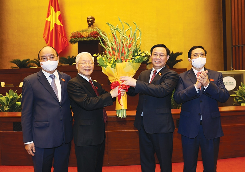 Vuong Dinh Hue (second from right) has become the 15th National Assembly Chairman
