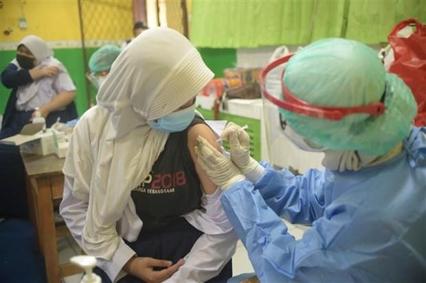 A person receives a COVID-19 vaccine shot in Jakarta (Photo: Xinhua/VNA)