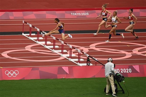 Quach Thi Lan (right) and other runners in Heat 3 in action (Photo: AFP/VNA)
