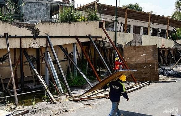 Mexico City starts demolishing quake collapse school
