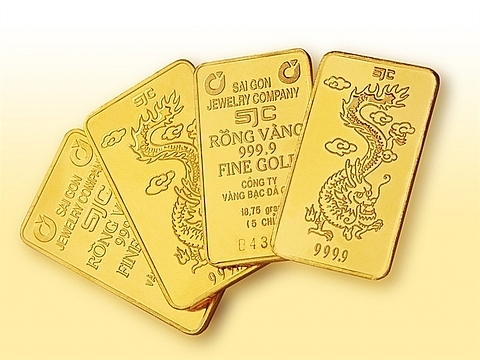 local gold price hits seven year peak amid trade tensions
