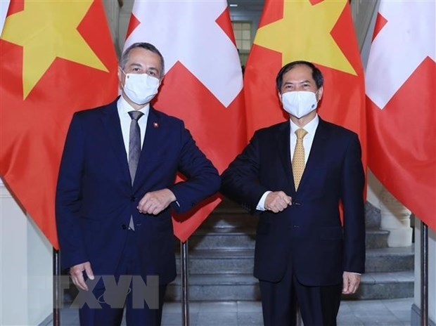 Minister of Foreign Affairs Bui Thanh Son (R) welcomes Swiss Vice President and Minister of Foreign Affairs Ignazio Cassis (Photo: VNA)
