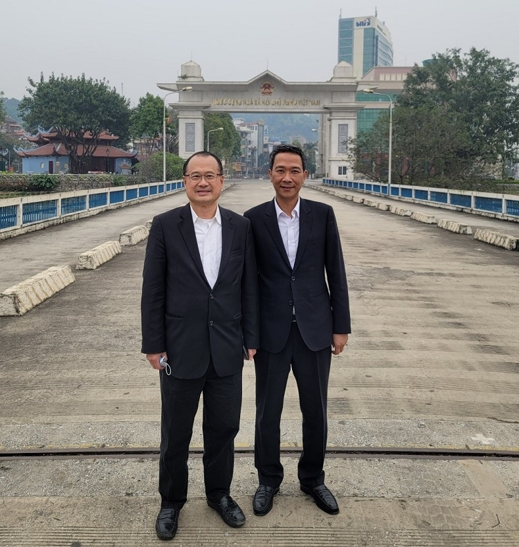 The Consul General Mr Nguyen Trung Hieu (right) and Chairman of Sunwah Group (Hong Kong), Dr Jonathan Choi (left), at the Hekou – Lao Cai international border gate
