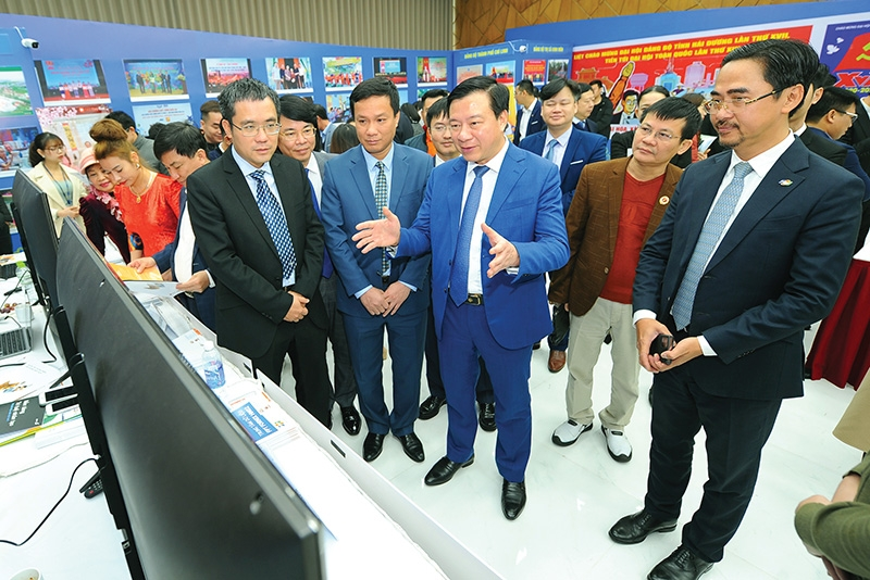 Secretary of Hai Duong Party Committee Pham Xuan Thang (centre) is looking forward to enhancing the province's digital potential, Photo: Thanh Chung