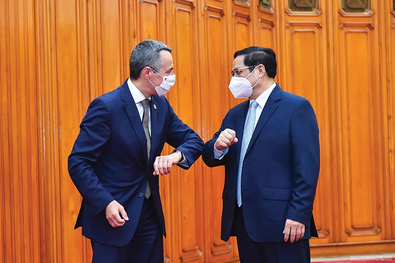 Prime Minister Pham Minh Chinh (right) met with Ignazio Cassis, Vice President and Minister of Foreign Affairs of the Swiss Federation, Photo: Tuan Anh