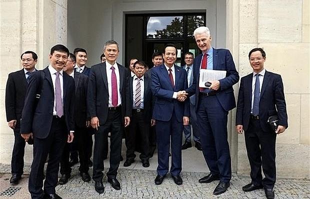 Vietnam studies Germany's dual training system