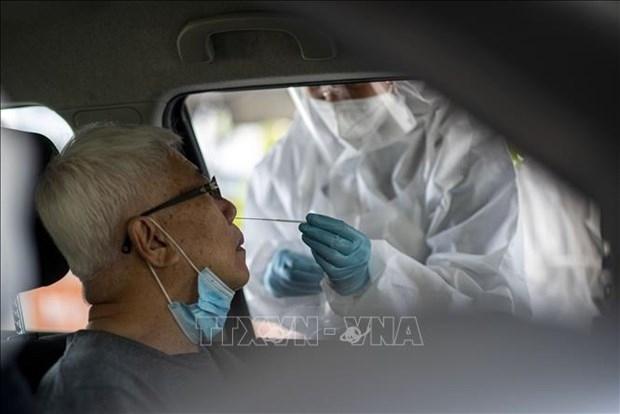 Collecting a sample for COVID-19 testing in Klang, Selangor, Malaysia (Photo: Xinhua/VNA)