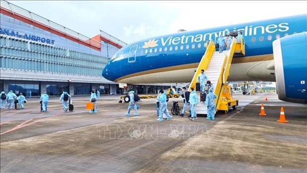 """Flight VN18 is the fourth and last one that the airport has received in its pilot period of welcoming flights carrying passengers with """"vaccine passports"""" to Vietnam. (Photo: VNA)"""