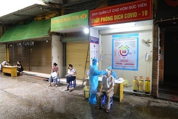 Taking samples for COVID-19 testing in Hanoi (Photo: VNA)