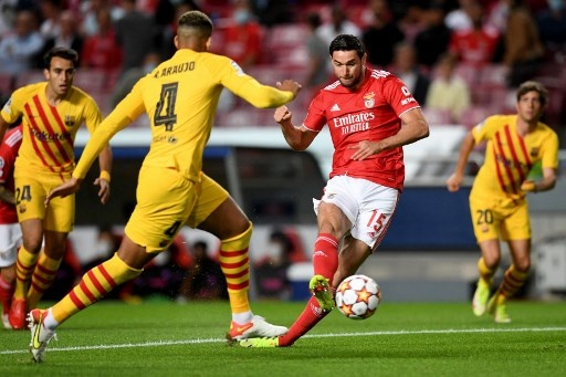 Benfica's Ukrainian forward Roman Yaremchuk vies with Barcelona's Uruguayan defender Ronald Araujo (L) during the UEFA Champions League first round group E footbal match between Benfica and Barcelona at the Luz stadium in Lisbon on September 29, 2021. PATRICIA DE MELO MOREIRA / AFP