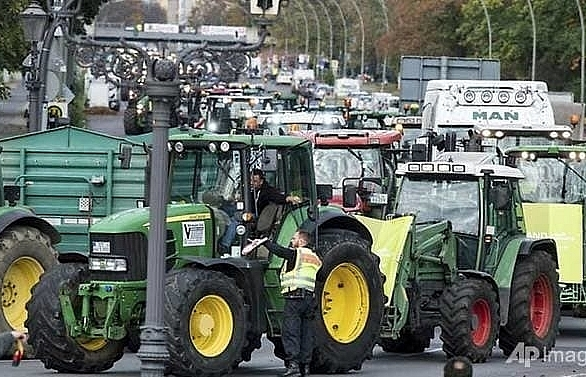 German farmers stage tractor protest over climate measures