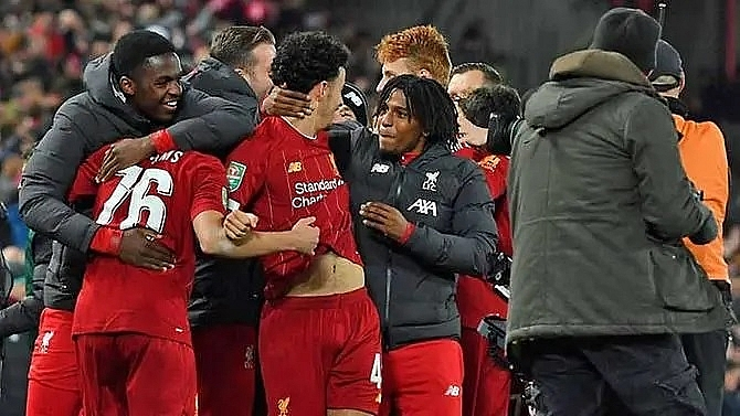 liverpool reach league cup quarters after 10 goal thriller against arsenal