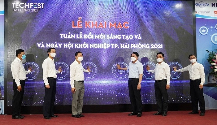 Representatives of leaders of the Ministry of Science and Technology and city leaders press the opening button of TTechfest Haiphong 2021
