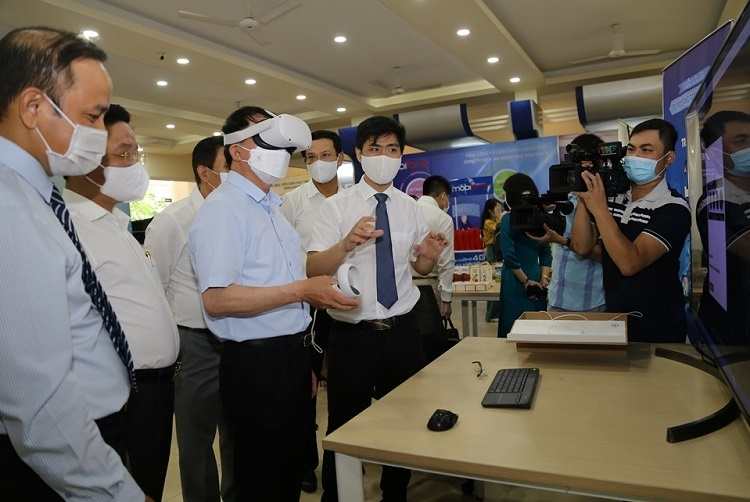 Leaders of the Ministry of Science and Technology and leaders of Hai Phong city experience the virtual exhibition with 3D glasses