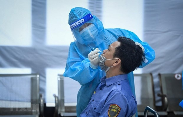 A medical worker takes sample for COVID-19 testing (Photo: VNA)