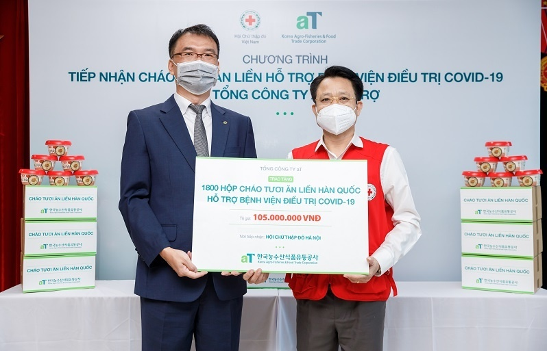 Korea Agro-Fisheries & Food Trade Corporation donates 1,800 gifts to COVID-19 patients in Hanoi