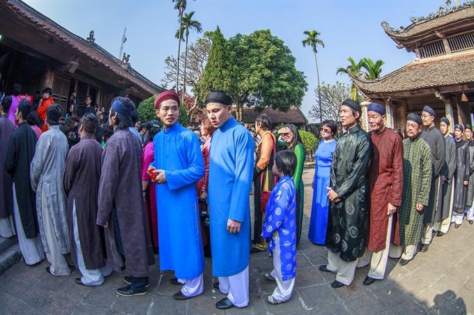 Artists, ambassadors bringing back áo dài for men
