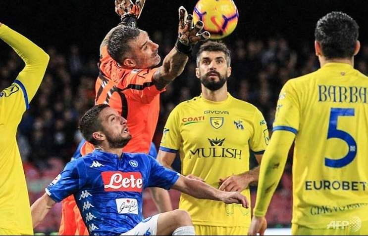 Juve eight points clear as Napoli held by bottom club Chievo