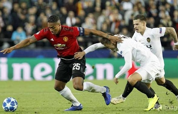 Manchester United through as runners-up despite defeat to Valencia