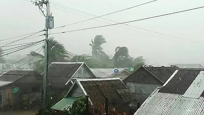 3 killed as typhoon kammuri pounds philippines forces manila airport closure