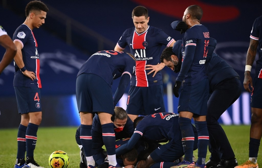 Lyon defeat PSG as Neymar stretchered off with ankle injury