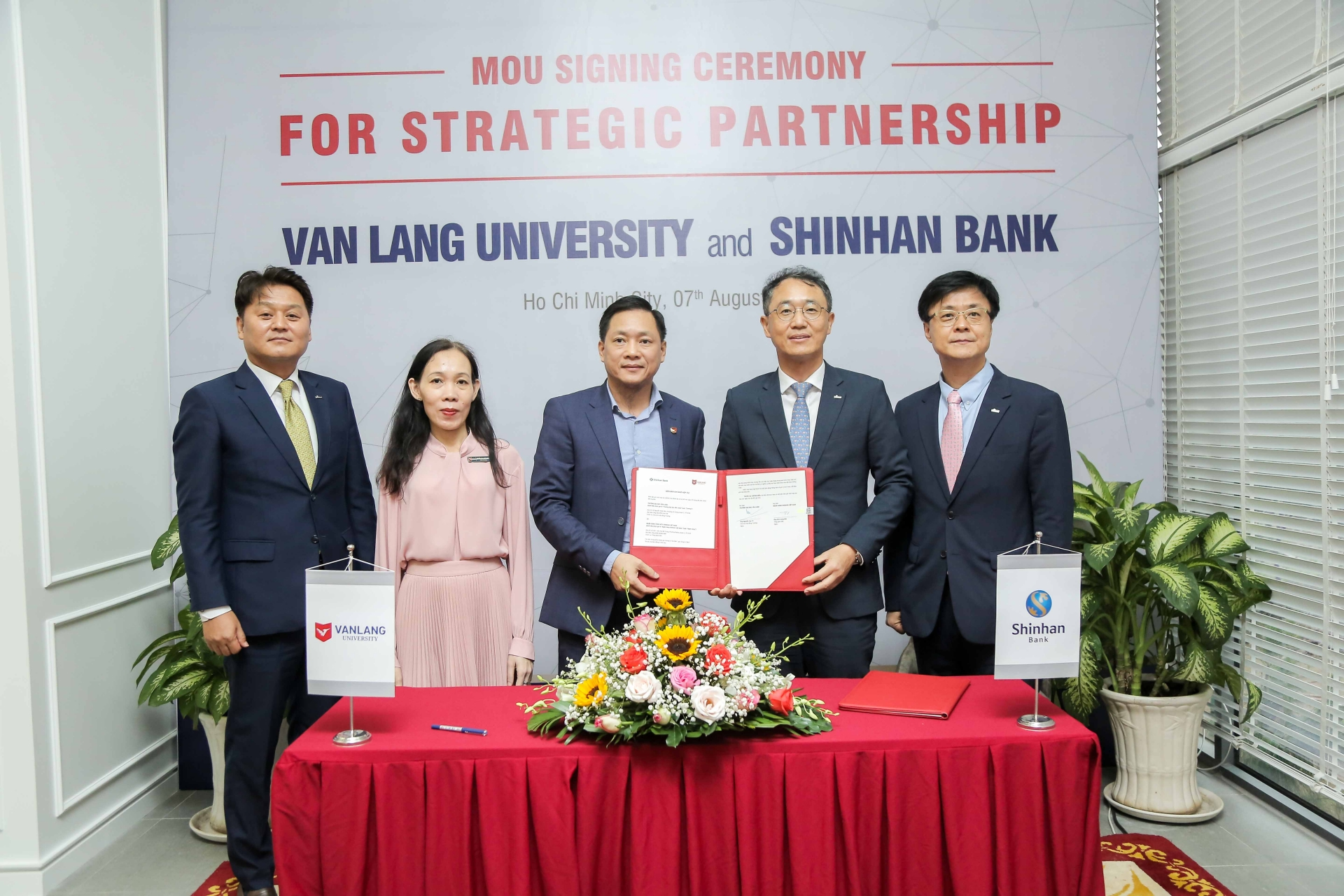 Shinhan Bank Vietnam and Van Lang University sign comprehensive partnership agreement