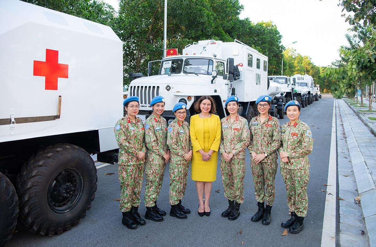 Australian Ambassador discusses women in leadership with Vietnamese Peacekeepers