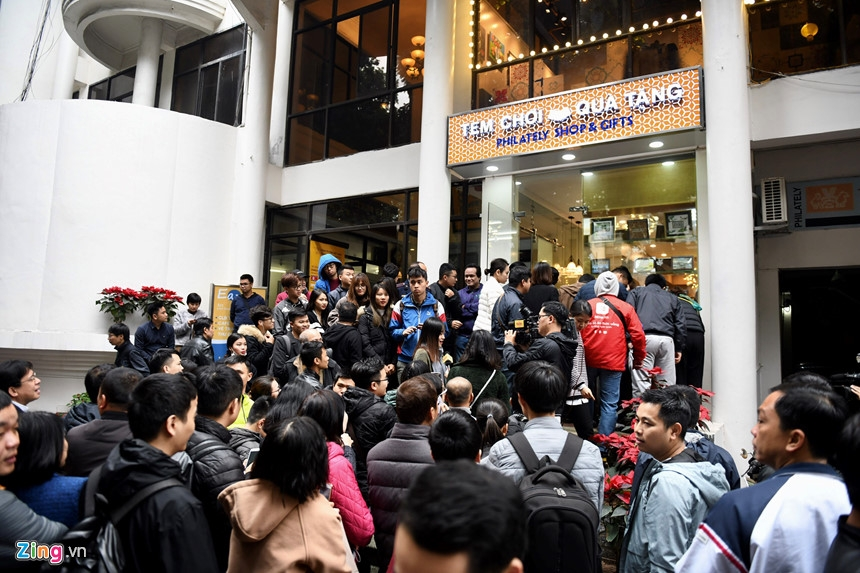 People crowded together to buy silver coins celebrating DPRK-US Summit